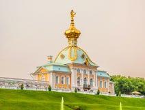 Il grande palazzo è centro dell'insieme di Peterhof Fotografia Stock