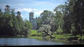 Il grande palazzo di Gatcina nel parco di Gatcina nel giorno soleggiato di estate archivi video