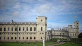 Il grande palazzo di Gatcina nel parco di Gatcina nel giorno soleggiato di estate video d archivio