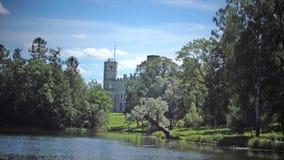 Il grande palazzo di Gatcina nel parco di Gatcina nel giorno soleggiato di estate stock footage