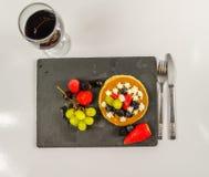 Il grande pancake con frutta fresca crema e montata, strawberri immagini stock