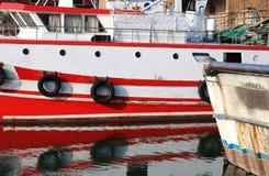 Il grande peschereccio ha attraccato nel canale industriale fotografie stock libere da diritti