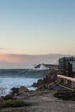 Il grande rigonfiamento colpisce le spiagge dei banchi della cozza Fotografie Stock Libere da Diritti