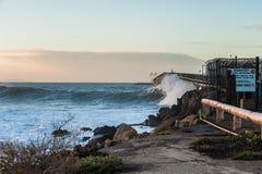Il grande rigonfiamento colpisce le spiagge dei banchi della cozza Fotografia Stock