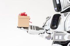 Il grande robot sta esaminando il presente concluso Immagine Stock Libera da Diritti