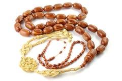 Il grande rosario marrone borda con quello piccolo isolato su bianco immagini stock libere da diritti