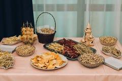 Il grande tavolo da pranzo ha messo per nozze, la cena o un altro corporative Fotografia Stock