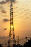 Il grande tramonto e la costruzione alla città con la trasmissione si eleva Immagine Stock