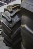 Il grande trattore stanca - le ruote di gomma per il trattore agricolo Immagine Stock Libera da Diritti