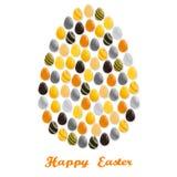 Il grande uovo di Pasqua consiste di molte piccole uova Immagini Stock Libere da Diritti