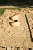 Il grande, vasi di argilla ha scavato in terra per la produzione di vino nella regione di Taman Krasnodar di Russia Fotografie Stock Libere da Diritti