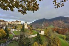 Il grande viwe del villaggio di Gruyeres e Gruyeres fortificano Immagine Stock Libera da Diritti