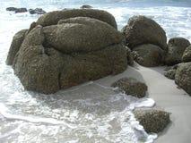 Il granito oscilla ed ondeggia su una spiaggia sabbiosa bianca Fotografia Stock Libera da Diritti