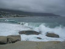 Il granito oscilla ed ondeggia su una spiaggia sabbiosa bianca Immagini Stock