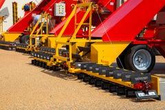 Il grano afferrante da asfalto sorge dalle ruspe spianatrici del caricatore del grano del trasportatore Fotografia Stock
