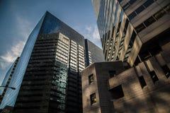 Il grattacielo colpisce il blu in città Immagini Stock