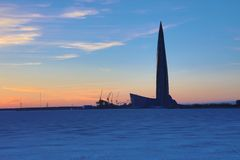 Il grattacielo del centro di Lahta che buidling sulla riva della città baynear di Pietroburgo di rivestimento nella bocca del fiu fotografia stock libera da diritti