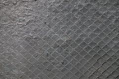 Il Gray ha dipinto la maglia d'acciaio allungata sopra la superficie dipinta del gesso Fotografie Stock