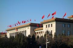 Il Great Hall of the People con la bandiera rossa Fotografie Stock Libere da Diritti