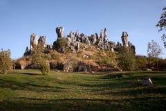 Il grey bianco ha colorato le rocce diritte alte su una collina Fotografie Stock