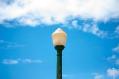 Il grumo della lampada di via più verde chiaro su bianco del cielo blu si appanna il giorno fotografia stock libera da diritti