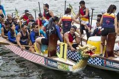 Il gruppo in competizione della gente si imbarca in barca di fila indigena di sport durante il Dragon Cup Competition fotografia stock libera da diritti