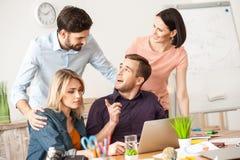 Il gruppo creativo sveglio sta lavorando nell'ufficio Immagine Stock Libera da Diritti
