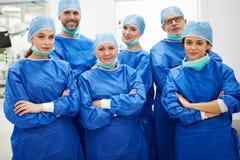 Il gruppo dei chirurghi fotografia stock libera da diritti