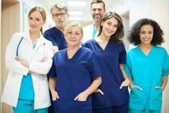 Il gruppo dei chirurghi fotografia stock