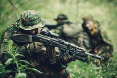 Il gruppo dei soldati si è impegnato nell'esplorazione della foresta fotografie stock