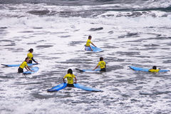 Il gruppo dei surfisti teenager è all'oceano. Fotografia Stock
