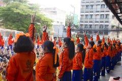 Il gruppo del capo degli studenti porta per incoraggiare nel giorno di giorno di scuola di sport immagine stock