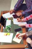 Il gruppo del lavoro dei progettisti ad un caffè Fotografia Stock