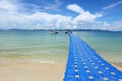 Il gruppo del pacchetto di cubi blu galleggia sulla bella spiaggia FO del chiaro oceano immagini stock libere da diritti