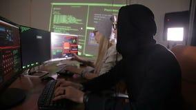 Il gruppo del pirata informatico che rompe sistema di sicurezza Cibercrimine, concetto cyber di sicurezza stock footage