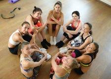 Il gruppo delle ragazze di forma fisica posa insieme dopo la formazione Immagine Stock Libera da Diritti