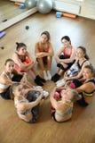 Il gruppo delle ragazze di forma fisica posa insieme dopo la formazione Fotografia Stock