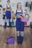 Il gruppo delle stanze di pulizia è pronto a lavorare immagini stock