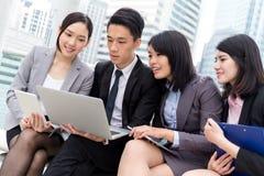 Il gruppo di affare discute sul computer portatile fotografia stock libera da diritti