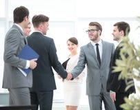 Il gruppo di affari incontra gli investitori all'ufficio una stretta di mano amichevole Fotografia Stock Libera da Diritti