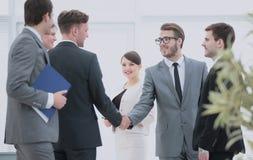 Il gruppo di affari incontra gli investitori all'ufficio una stretta di mano amichevole Fotografia Stock