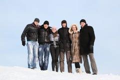 Il gruppo di allievi si leva in piedi insieme su neve in inverno Immagine Stock Libera da Diritti