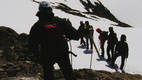Il gruppo di alpinisti cammina su per nevicare montagna squadra Hobby pericoloso Giorno pieno di sole apparecchiatura stock footage