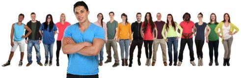 Il gruppo di amici dei giovani team con le armi attraversate isolati sopra immagine stock