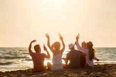 Il gruppo di amici gioca sulla spiaggia immagini stock libere da diritti