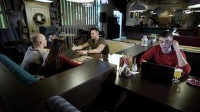 Il gruppo di amici sta spendendo insieme il tempo in caffè video d archivio