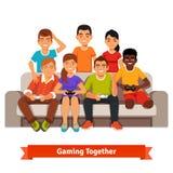 Il gruppo di amici teenager che hanno video giochi fa festa Immagine Stock