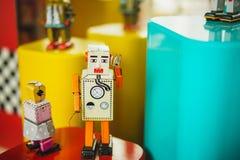 Il gruppo di annata gioca il vecchio colore del robot Vecchia tecnologia Immagine Stock