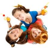 Il gruppo di anni dell'adolescenza o gli allievi ha divertimento sul partito Fotografia Stock