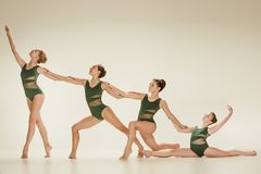 Il gruppo di ballerini di balletto moderno fotografia stock libera da diritti